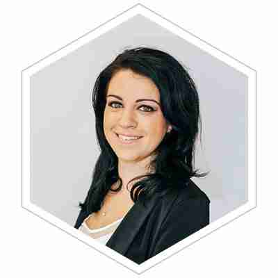 This image is a headshot of Stacey Morava, who has intimate knowledge of innovation, design thinking, customer centricity, customer experience, entrepreneurship, lean startup and more.